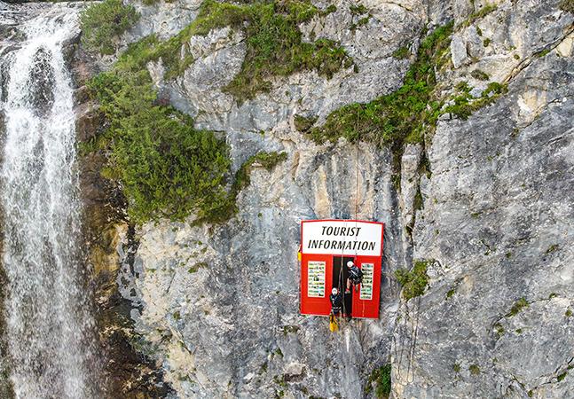 Instalação na Áustria denuncia o impacto do turismo sobre a natureza mas se torna motivo de protestos