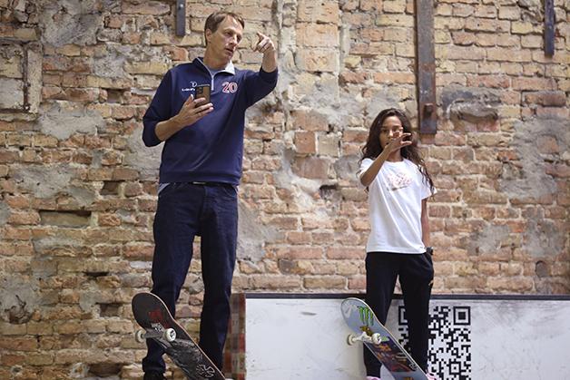 Tony e Rayssa analisando a pista na Alemanha no ano passado
