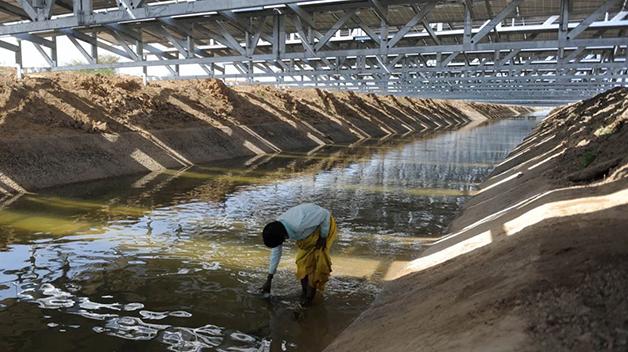 canal hídrico coberto por painéis solares
