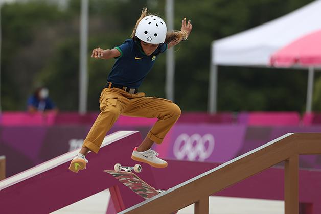 Rayssa Leal realizando manobra durante as Olimpíadas