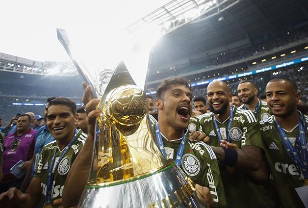 Scarpa com o troféu do Campeonato Brasileiro de 2018