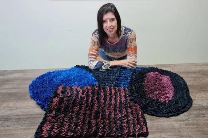 Restos de biquíni viram tapetes e pulseiras na mão de artesãos