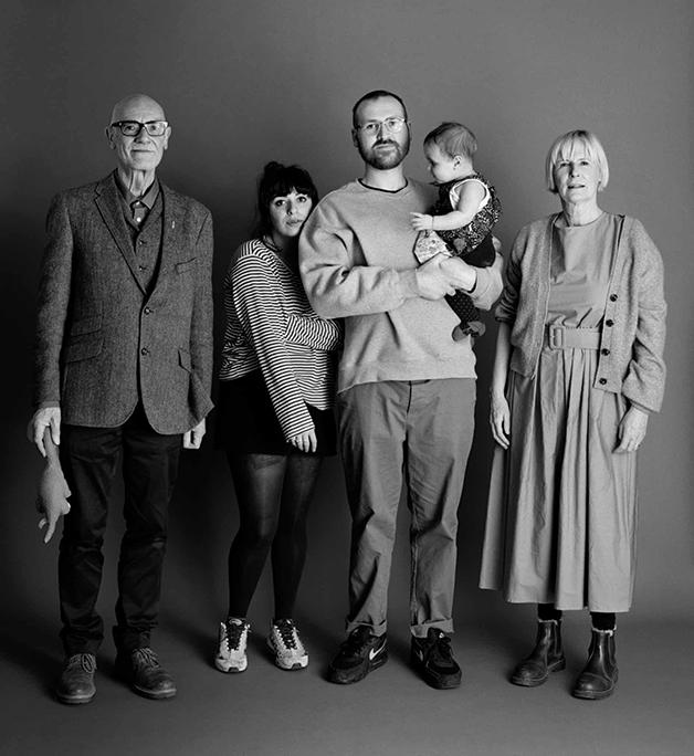Em 2021, Frank e Sue com 66, Eddie com 30 anos, junto de sua companheira e sua pequena filha