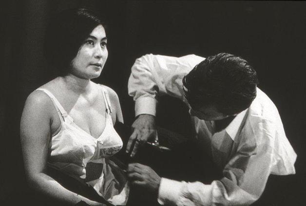 "Yoko Ono apresentando ""Cut Piece"""