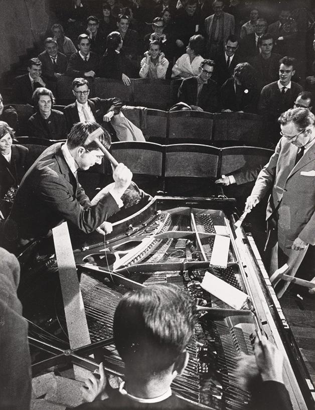 "Emmet Williams, George Maciunas, Benjamin Patterson, Dick Higgins e Alison Knowles executando a peça ""Piano Activities"", de Philip Corner, no festival Internationale Festspiele Neuester Musik, em 1962"