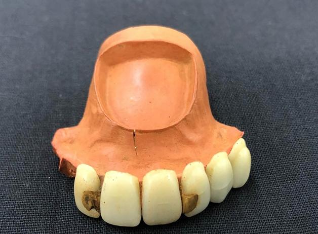 Dentadura encontrada no Museu do Ipiranga