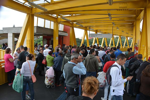 Multidão em terminal