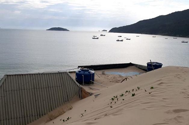 Casas tomadas por areia em Florianópolis