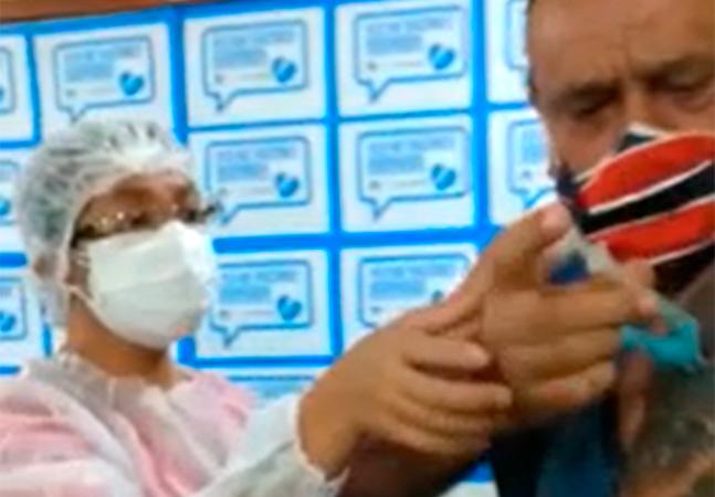 Homem toma seringa de enfermeira e aplica vacina da covid nele mesmo; veja o vídeo