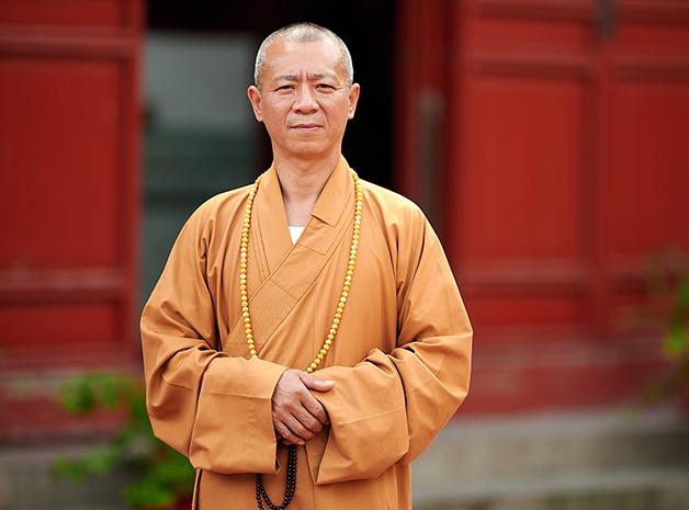 O monge Zhixiang diante de seu templo