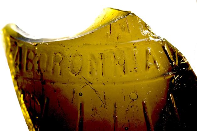 Caco de garrafa importada encontrada no canteiro de obras do museu do ipiranga