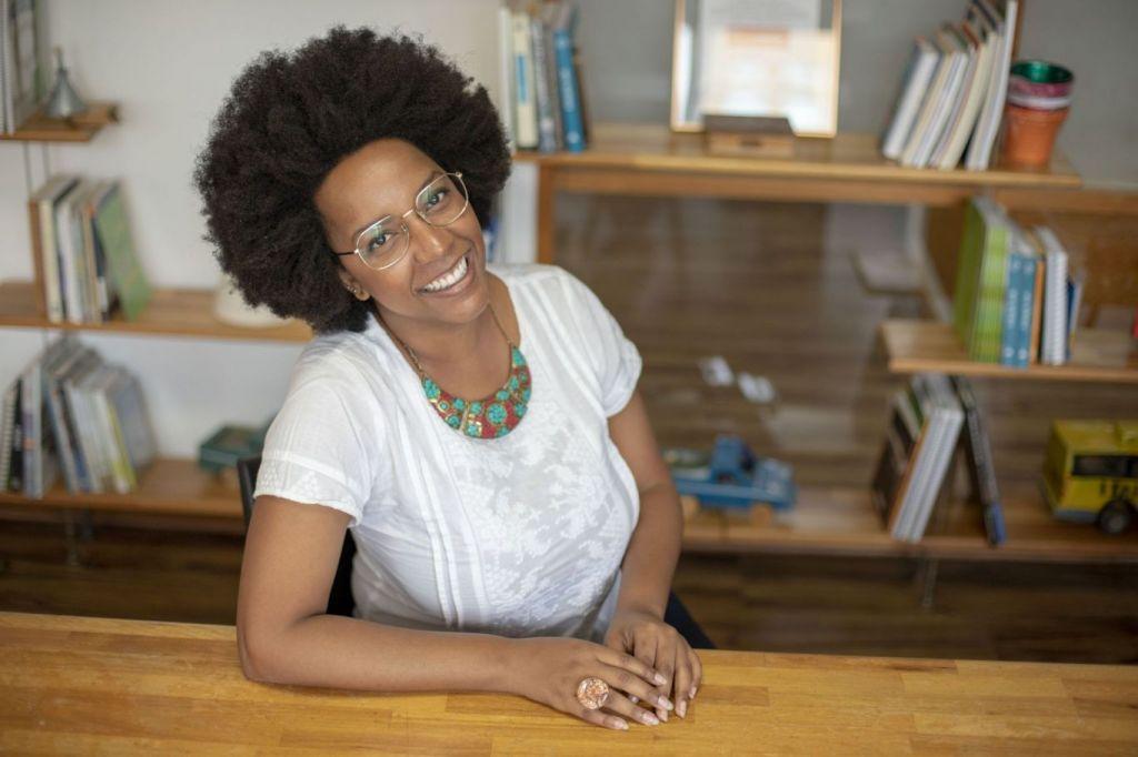 Lara é Head de Relacionamentos e Redes do Sistema B Brasil. Um movimento global de pessoas que usam os negócios para a construção de uma economia mais inclusiva, equitativa e regenerativa para as pessoas e para o planeta