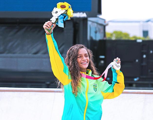 Rayssa Leal com sua medalha de prata