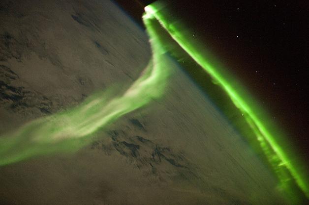 Tempestade solar atingindo a atmosfera da Terra em 2010, em foto tirada a Estação Espacial
