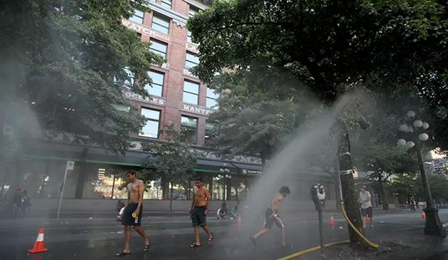 População procura se refrescar nas ruas de Vancouver