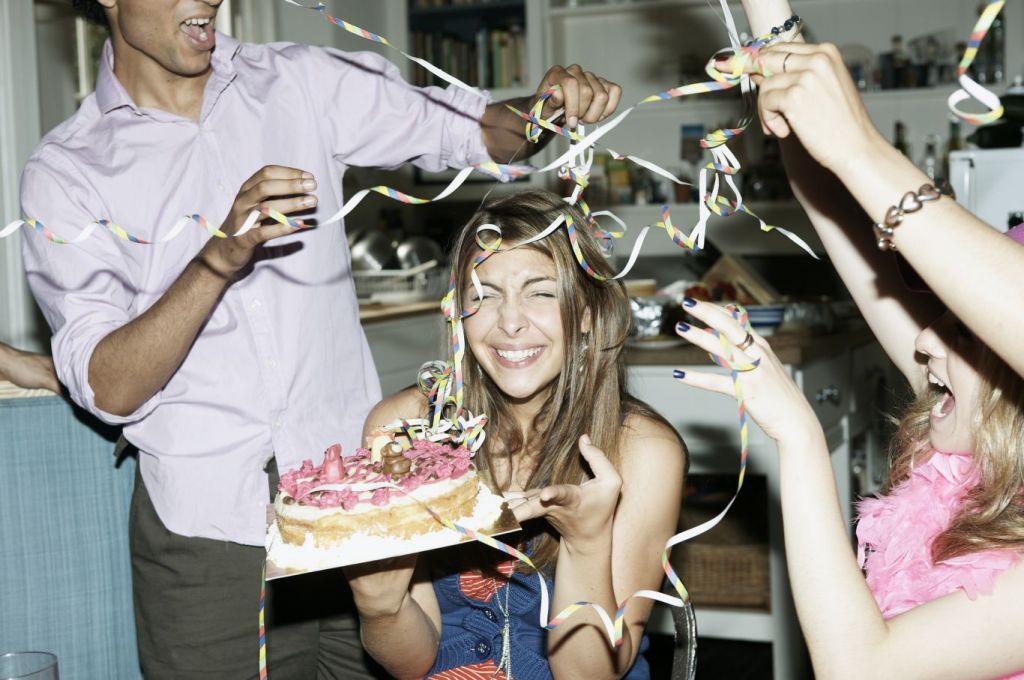 Covid tem chance maior de infectar pessoas que fazem festa de aniversário, aponta Harvard