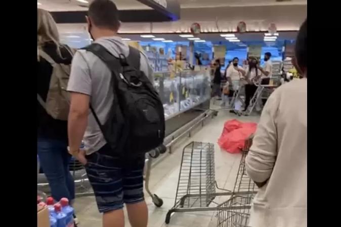 Mulher morre dentro de supermercado e loja segue funcionando com corpo coberto