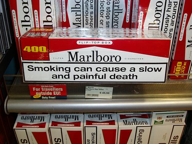 """""""Fumar pode causar uma morte lenta e dolorosa"""", diz anúncio em pacote de Marlboro no Reino Unido"""