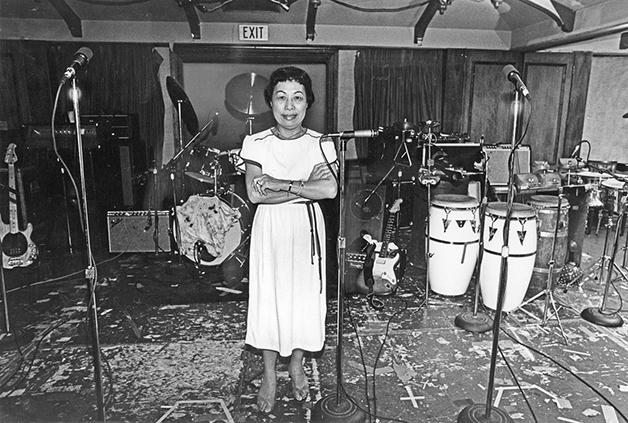 Esther Wong, proprietária do Madame Wong's, que era vista como madrinha e vilã da cena - por preferir bandas mais pops do que as bandas punks