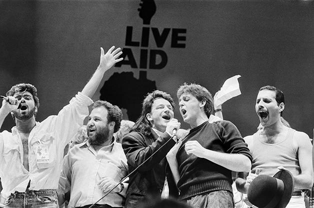 George Michael, um produtor, Bono Vox, Paul McCartney e Freddie Mercury no encerramento do Live Aid
