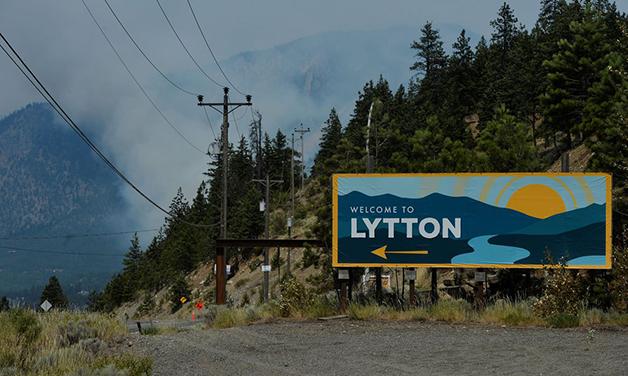 Fumaça ao fundo mostra os incêndios que vem destruindo a pequena cidade de Lytton
