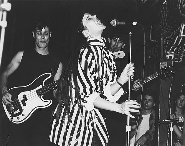 Su Tissue, da banda Suburban Lawns, tocando no Hong Kong Café em 1979
