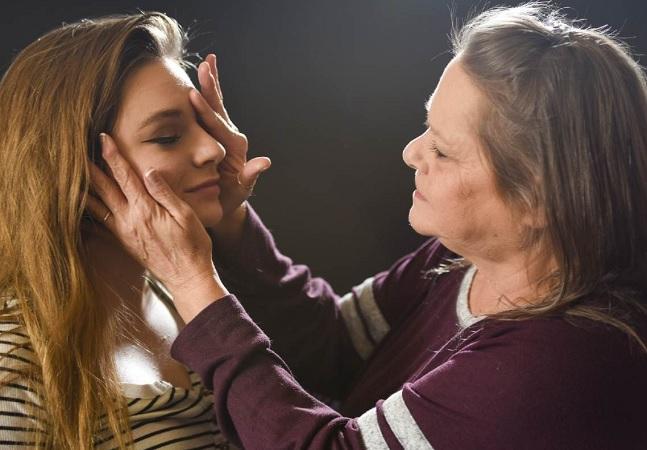 Cega por 15 anos, avó volta a enxergar e vê netos pela 1ª vez; assista ao vídeo