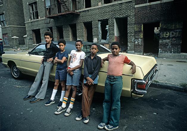 Jovens nas ruas do Bronx no início da década de 1970
