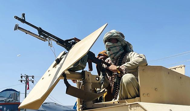 Soldados do Talibã nas ruas de Cabul após a retomada da cidade