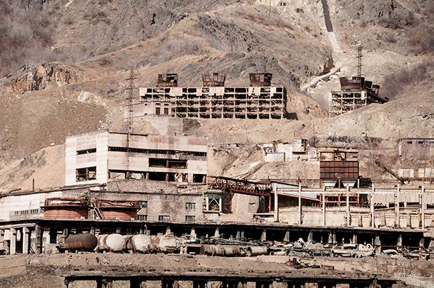 Antigo acampamento minerador abandonado nas montanhas afegãs