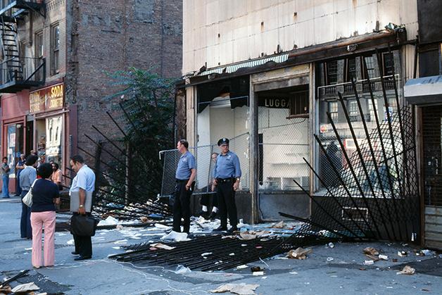 A polícia em NY diante de uma loja arrombada no dia seguinte ao apagão, em 1977