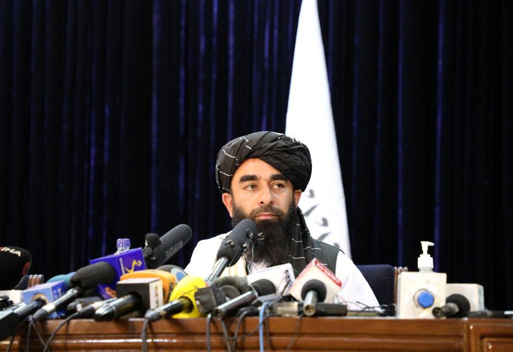 Zabihullah Mujahid, porta-voz do Talibã, em coletiva de imprensa após a tomada do poder