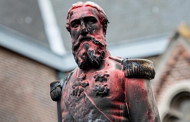 Na Antuérpia, a estátua do sanguinário Imperador Leopoldo II também foi danificada e derrubada