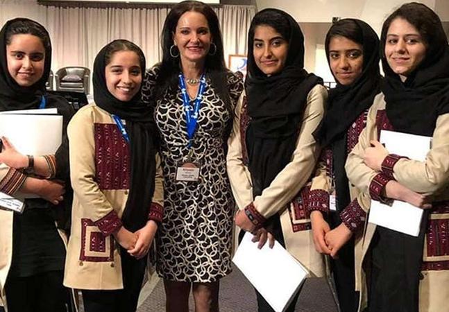 Mulher nos EUA é acusada de mentir sobre ajuda na retirada de jovens do Afeganistão