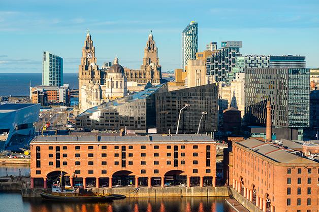 Os prédios antigos e os icônicos armazéns misturados aos prédios modernos nas docas de Liverpool
