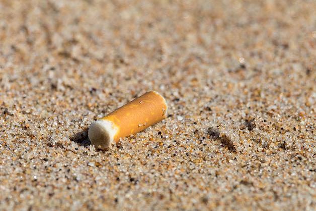 ponta de cigarro na praia