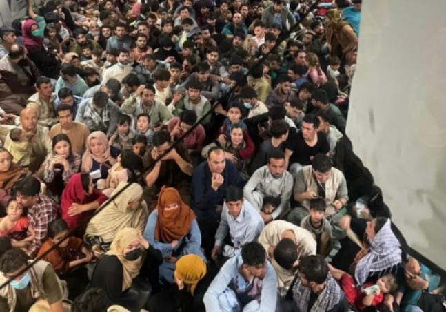 Avião militar dos EUA decolou do Afeganistão com quase 700 pessoas a bordo