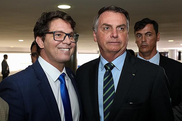 O secretário especial de cultura, Mario Frias, ao lado de Jair Bolsonaro