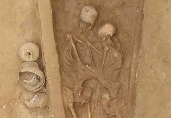 Ciência do amor: pesquisadores encontram casal de esqueletos abraçado há 1.500 anos