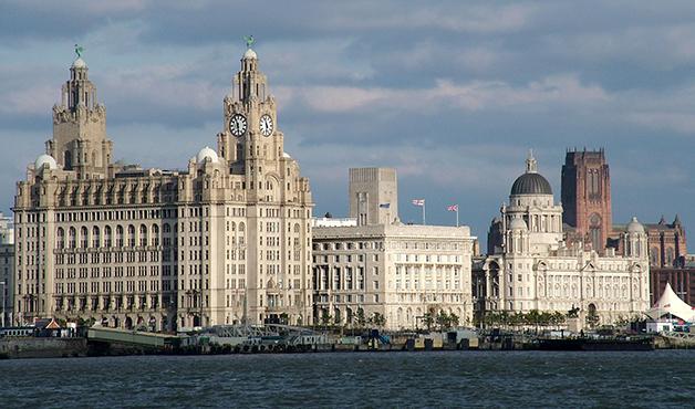 Os mais reconhecíveis edifícios antigos de Liverpool, com a icônica catedral ao fundo