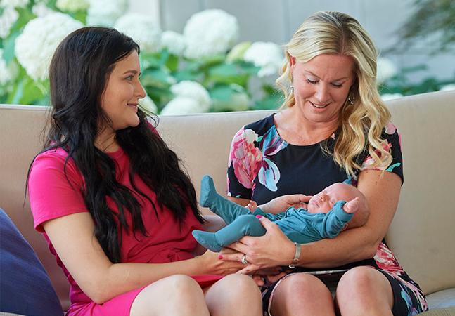 Mãe se emociona ao conhecer mulher que doou útero para que ela engravidasse