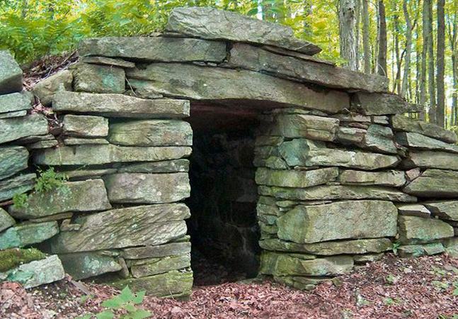 Câmaras de pedra antigas e misteriosas inspiram teorias nas florestas do nordeste dos EUA