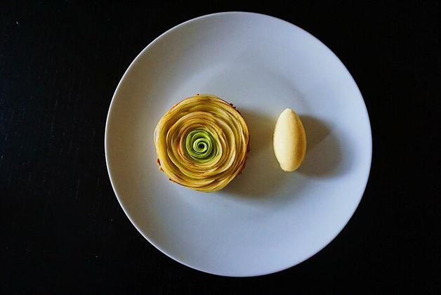 Tortinha de maçã caramelizada com sorvete de mascarpone