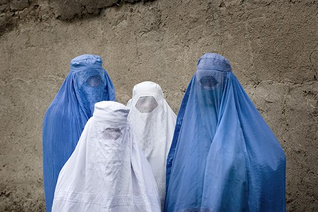 Mulheres de burca anos atrás andando pelas ruas de Cabul