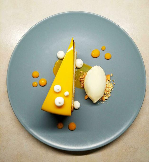 Bolo de cenoura com mousse de mascarpone, sorvete de ricota e gel de cenoura com mel