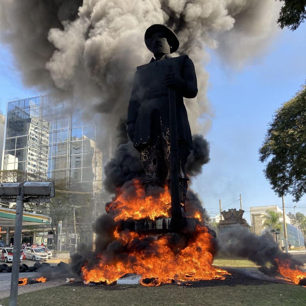 A estátua do bandeirante Borba Gato, incendiada por manifestantes em SP