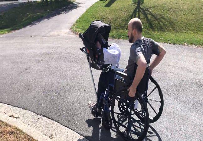 Cadeira de rodas é criada com dispositivo para passear com carrinho de bebê