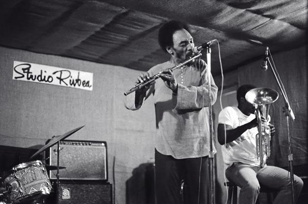 Sam Rivers na flauta com Joe Daley no Studio Rivbea em julho de 1976