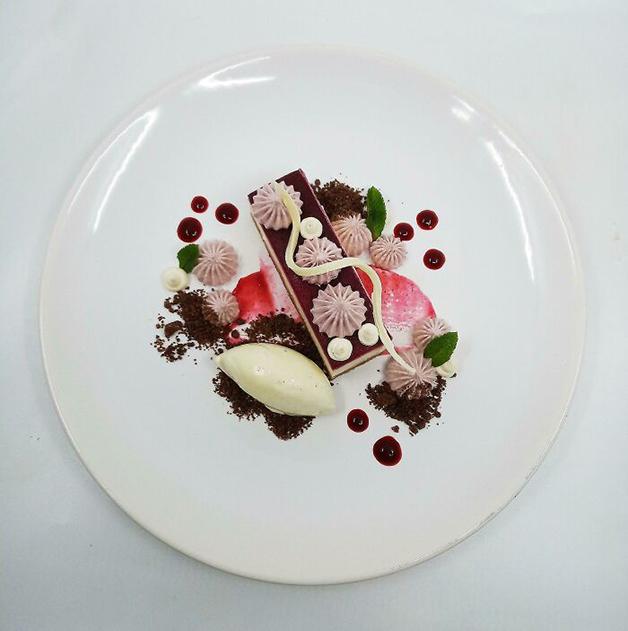 Cheesecake de chocolate branco, creme de estragão, creme de blackberry, gel de blackberry, sorvete de estragão e crumble de chocolate