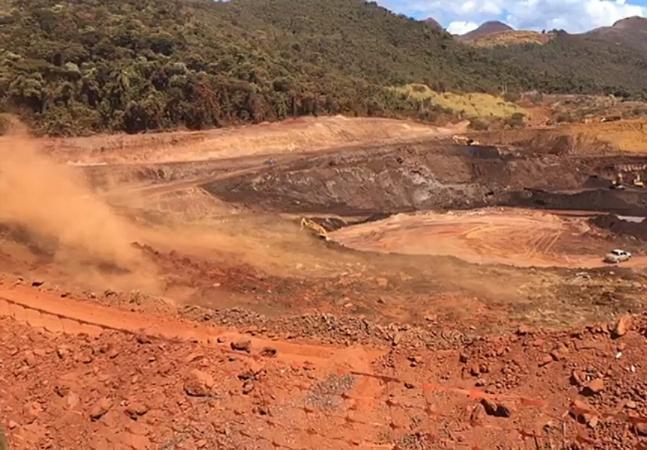 Talude de mina rompe e soterra carros perto de BH; MG convive com medo pós-Mariana e Brumadinho